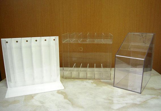 アンケート回収ボックスや商品展示用ディスプレイ