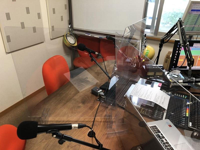 ラジオブース内の飛沫拡散防止ボード設置