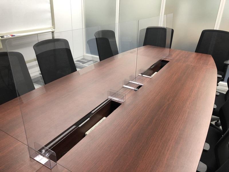 会議室で対面する場面での飛沫拡散防止するパーテーション
