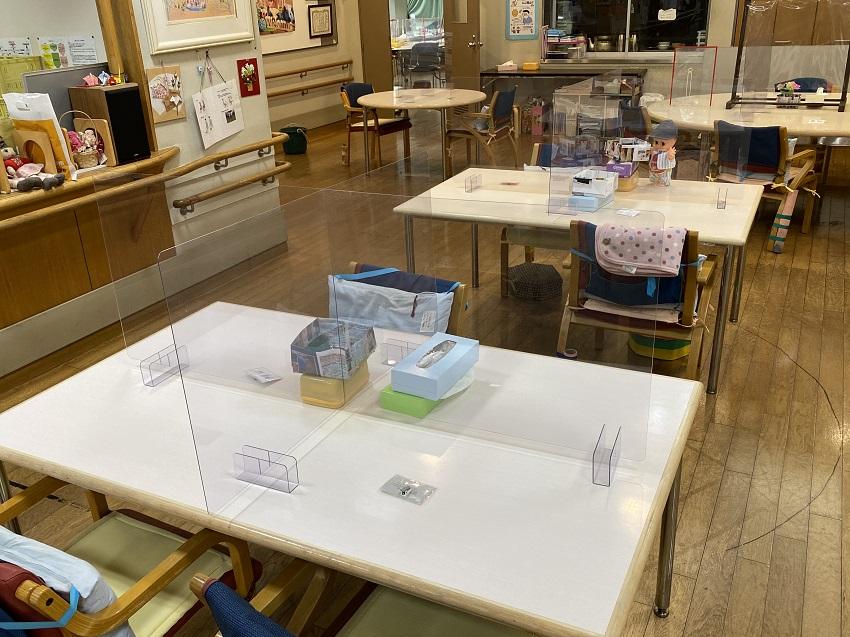4人掛けテーブル向けの前後左右方向の飛沫防止用透明パーテーション